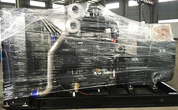 一台上柴股份500千瓦柴油发电机组在初步打包,准备发货