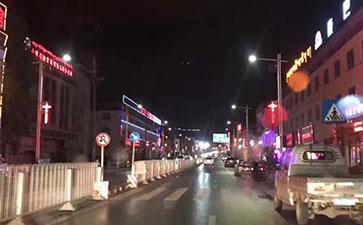 灾后重建的玉树美丽街道夜景